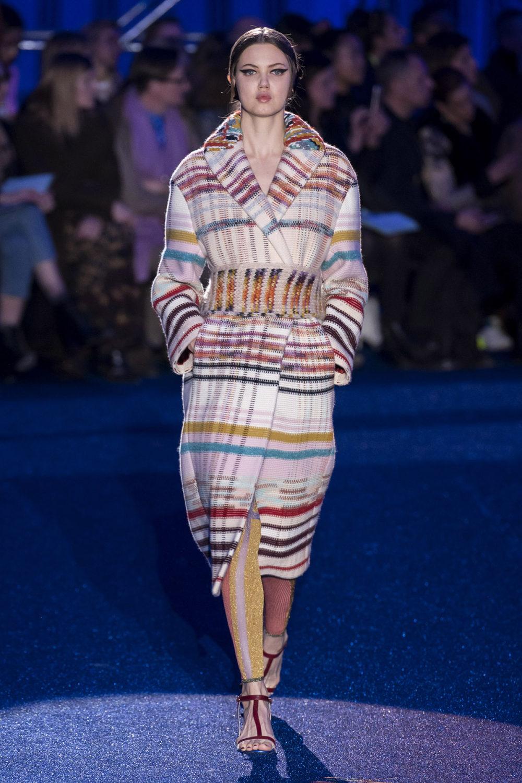 Missoni时装系列图形拼色也有助于丰富最小的无袖或单肩束腰外衣-32.jpg
