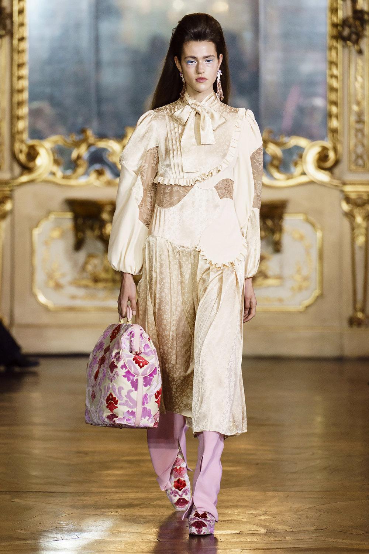 Vivetta时装系列叶子和雏菊般的花朵用3D刺绣完成珍珠和花式镜架-2.jpg