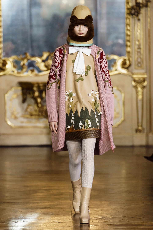 Vivetta时装系列叶子和雏菊般的花朵用3D刺绣完成珍珠和花式镜架-15.jpg