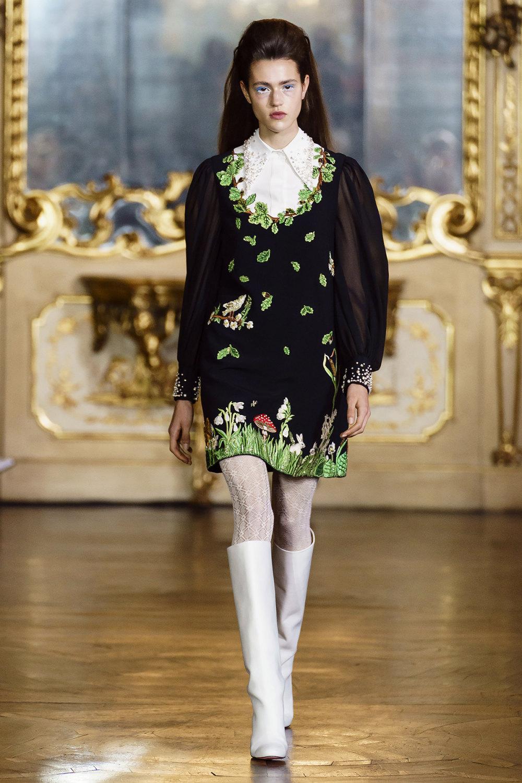 Vivetta时装系列叶子和雏菊般的花朵用3D刺绣完成珍珠和花式镜架-24.jpg