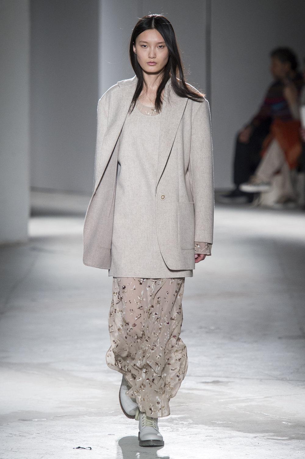 Agnona时装系列有纹理外套长而瘦有些穿着浴袍宽腿裤套装有巧克力-2.jpg