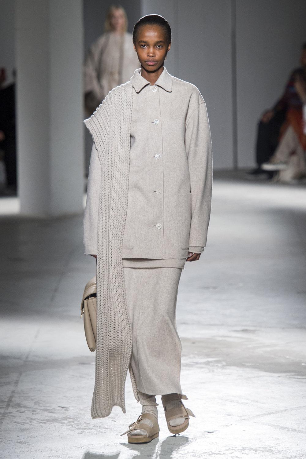 Agnona时装系列有纹理外套长而瘦有些穿着浴袍宽腿裤套装有巧克力-6.jpg