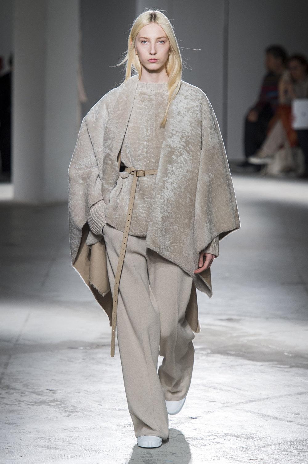 Agnona时装系列有纹理外套长而瘦有些穿着浴袍宽腿裤套装有巧克力-7.jpg