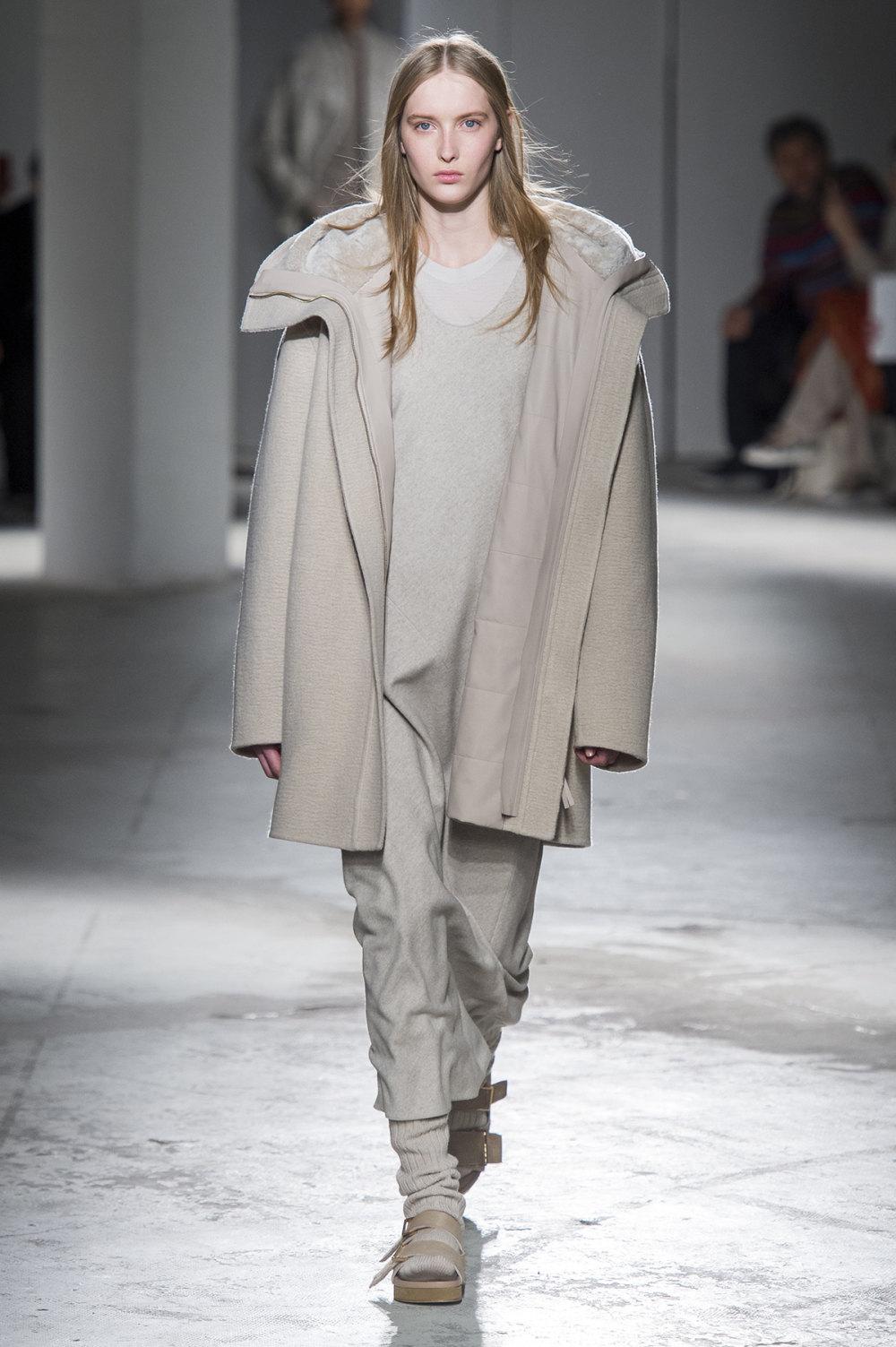 Agnona时装系列有纹理外套长而瘦有些穿着浴袍宽腿裤套装有巧克力-8.jpg