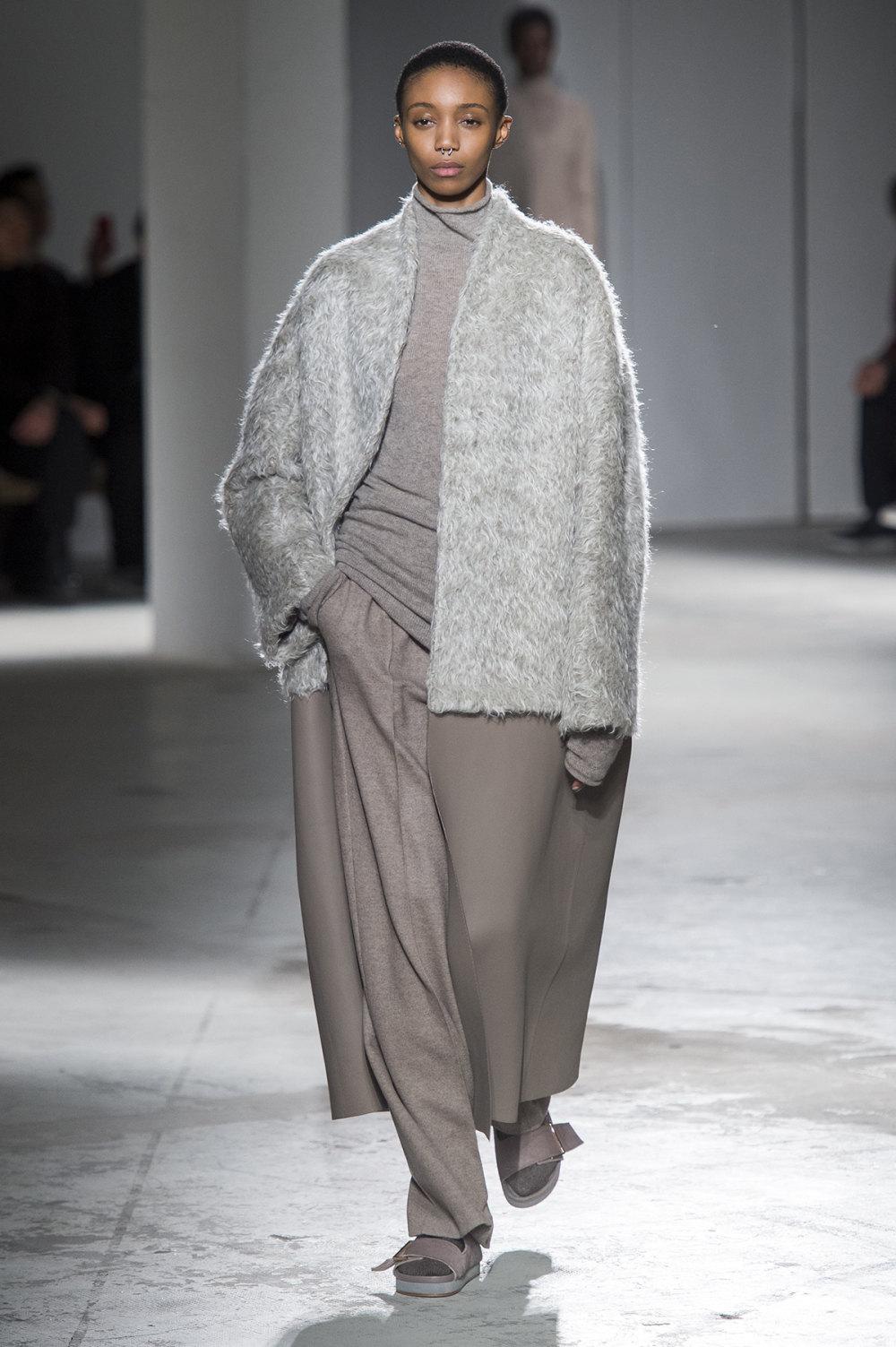 Agnona时装系列有纹理外套长而瘦有些穿着浴袍宽腿裤套装有巧克力-9.jpg