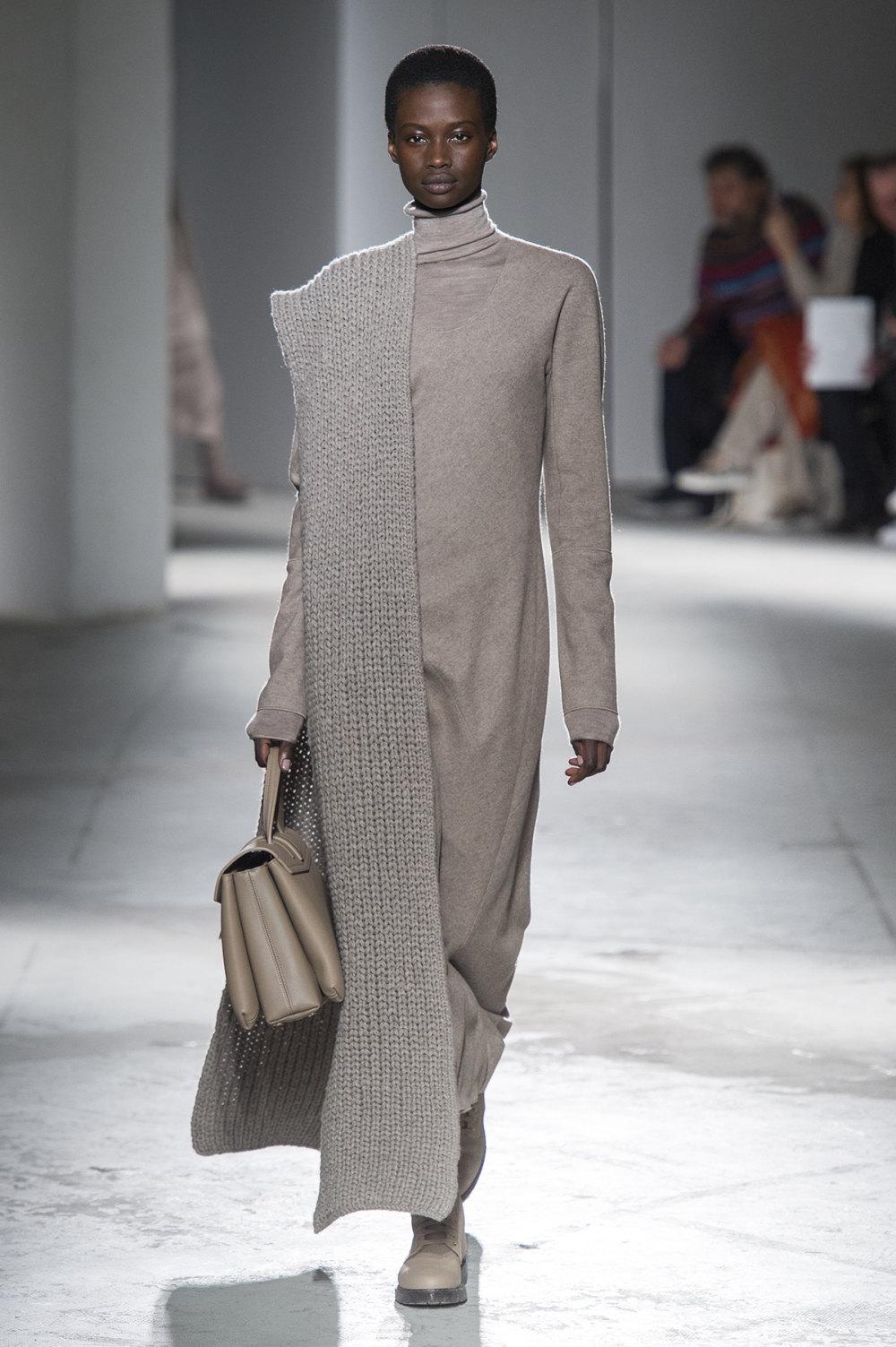 Agnona时装系列有纹理外套长而瘦有些穿着浴袍宽腿裤套装有巧克力-10.jpg
