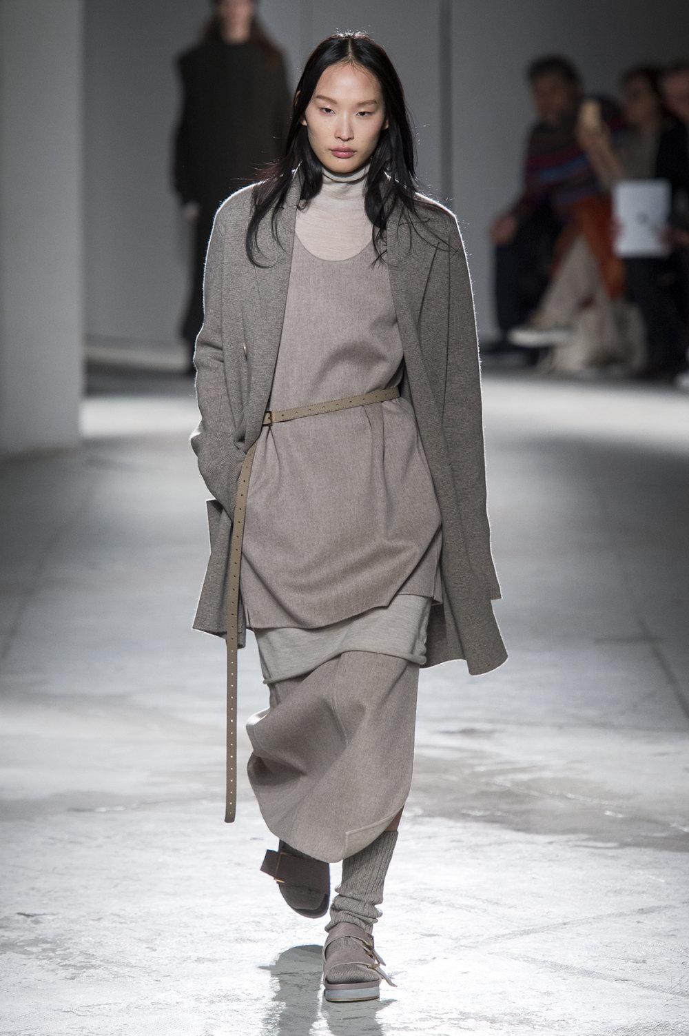 Agnona时装系列有纹理外套长而瘦有些穿着浴袍宽腿裤套装有巧克力-11.jpg