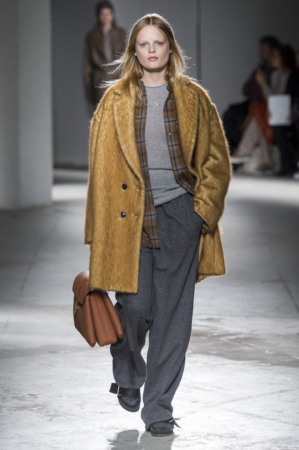 Agnona时装系列有纹理外套长而瘦有些穿着浴袍宽腿裤套装有巧克力-13.jpg
