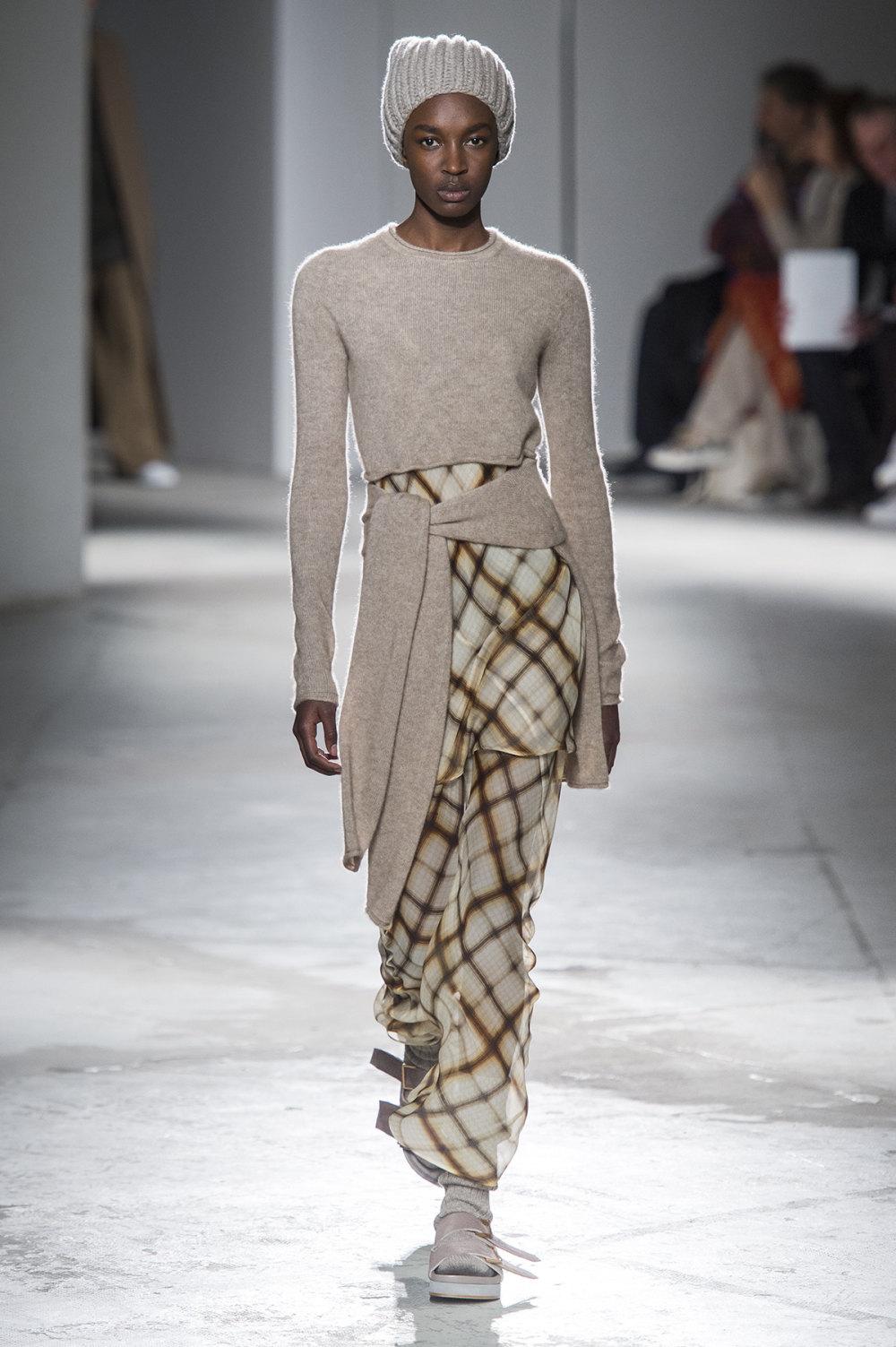 Agnona时装系列有纹理外套长而瘦有些穿着浴袍宽腿裤套装有巧克力-16.jpg