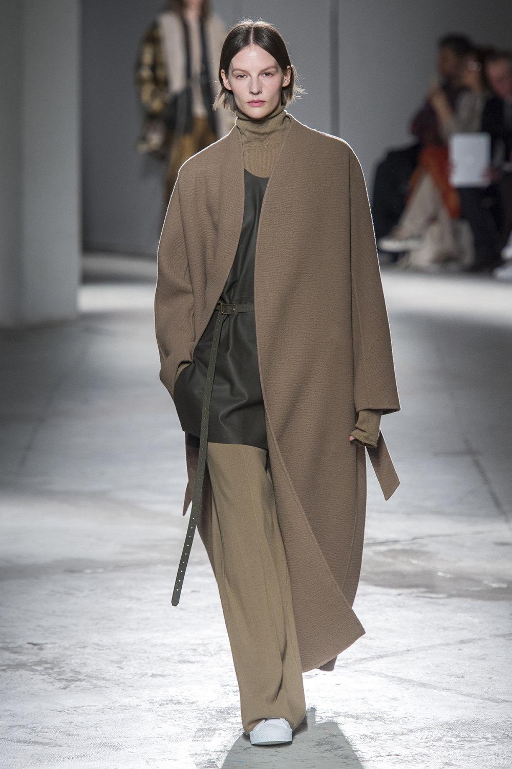Agnona时装系列有纹理外套长而瘦有些穿着浴袍宽腿裤套装有巧克力-17.jpg