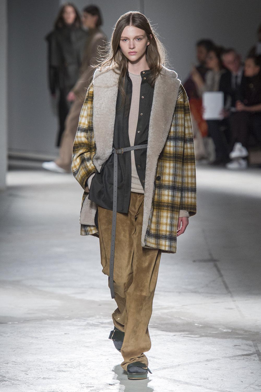 Agnona时装系列有纹理外套长而瘦有些穿着浴袍宽腿裤套装有巧克力-18.jpg
