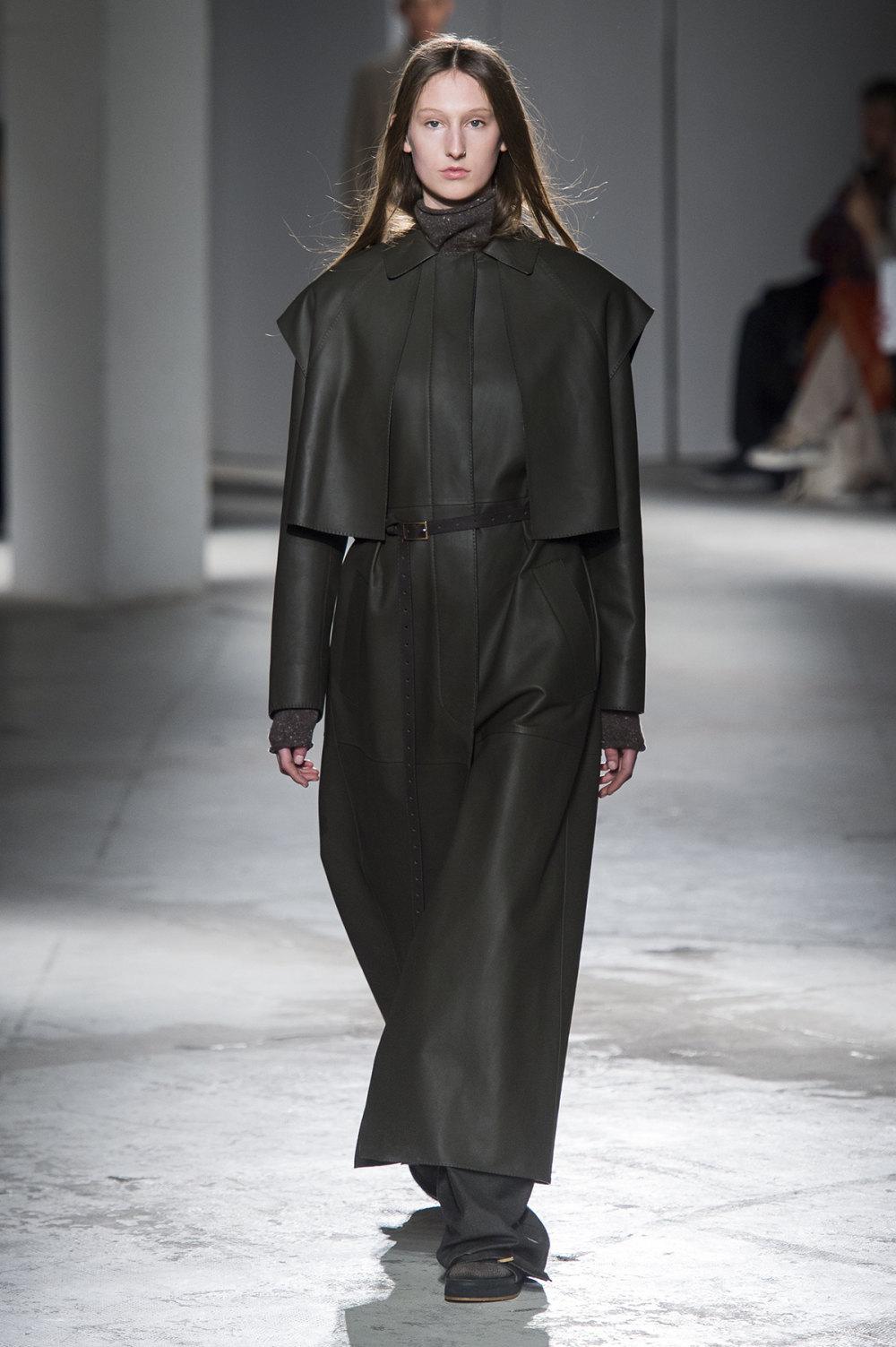 Agnona时装系列有纹理外套长而瘦有些穿着浴袍宽腿裤套装有巧克力-19.jpg