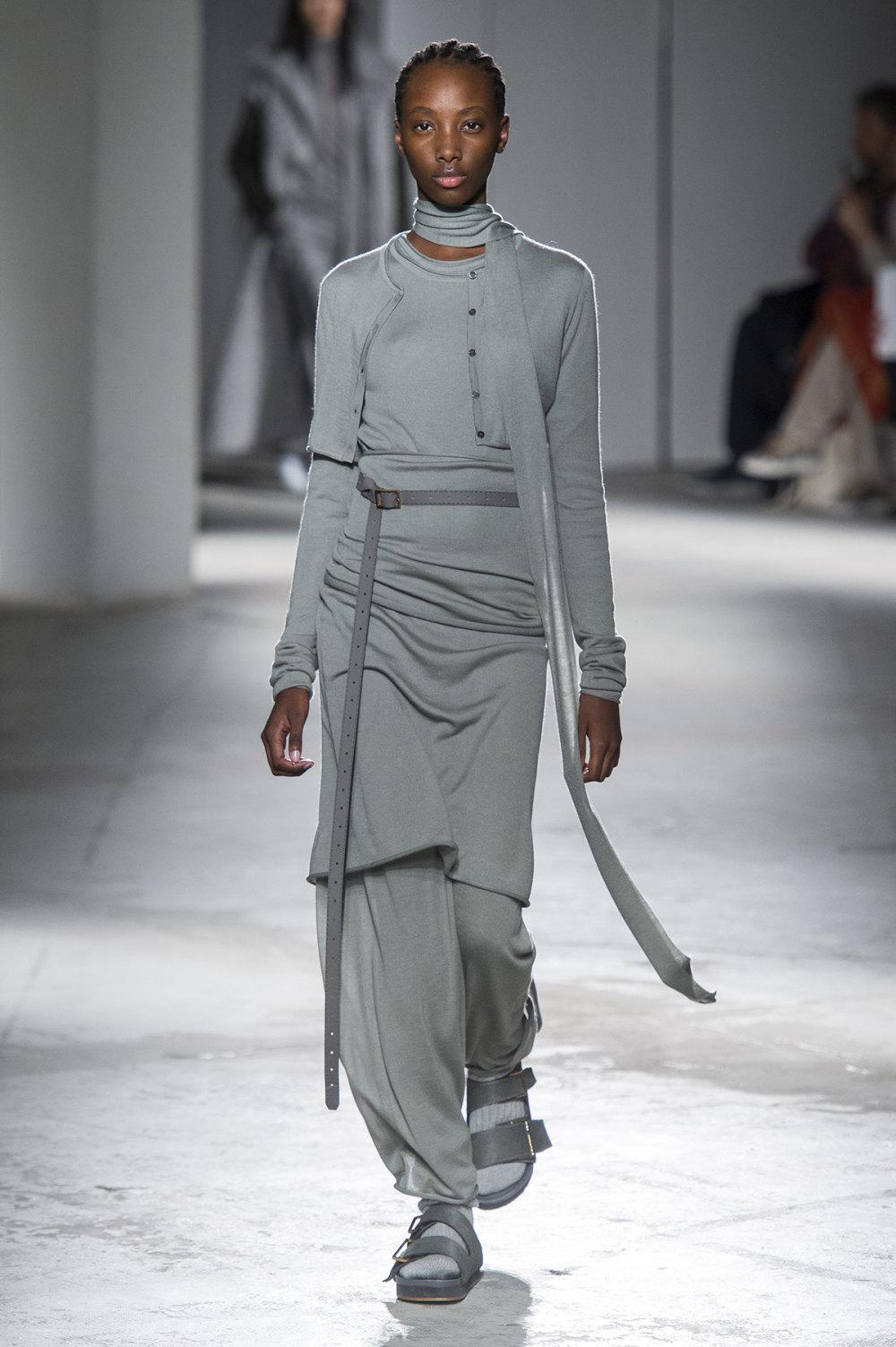 Agnona时装系列有纹理外套长而瘦有些穿着浴袍宽腿裤套装有巧克力-23.jpg