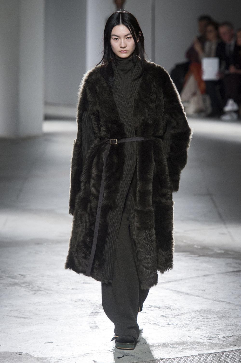 Agnona时装系列有纹理外套长而瘦有些穿着浴袍宽腿裤套装有巧克力-22.jpg