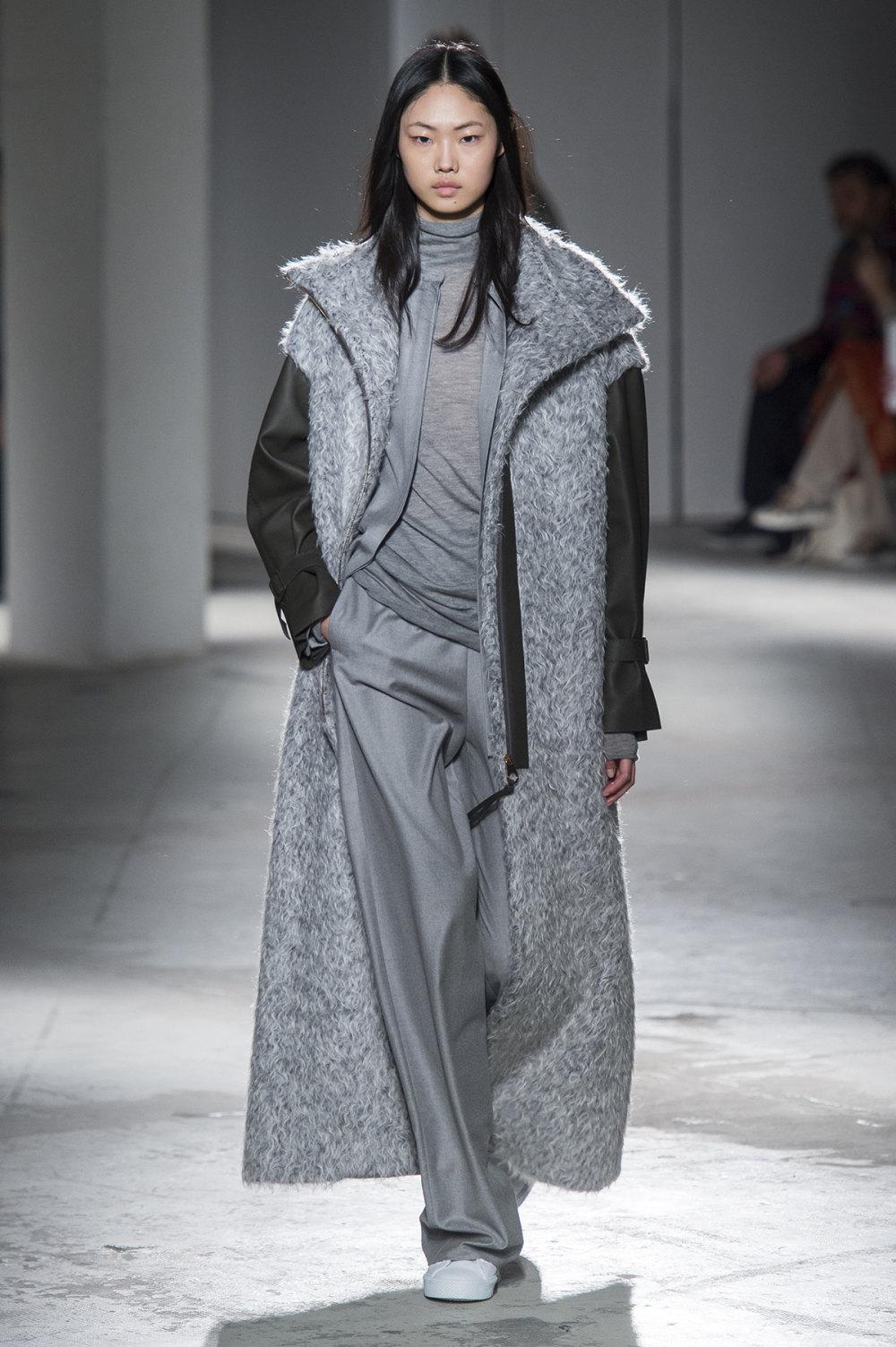 Agnona时装系列有纹理外套长而瘦有些穿着浴袍宽腿裤套装有巧克力-24.jpg