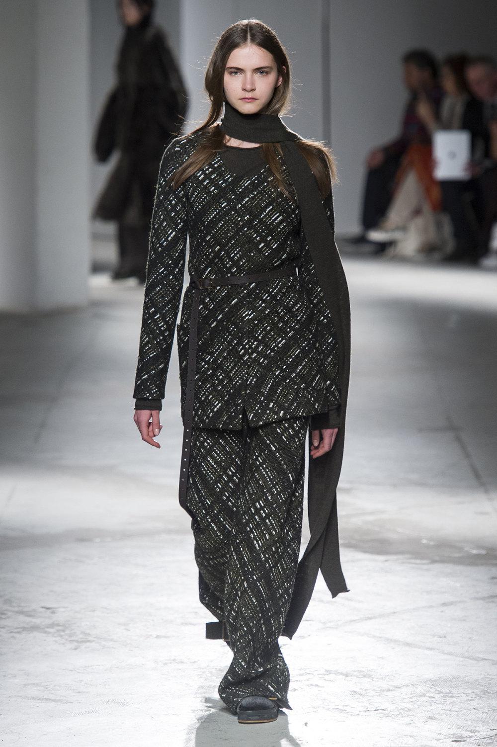 Agnona时装系列有纹理外套长而瘦有些穿着浴袍宽腿裤套装有巧克力-25.jpg