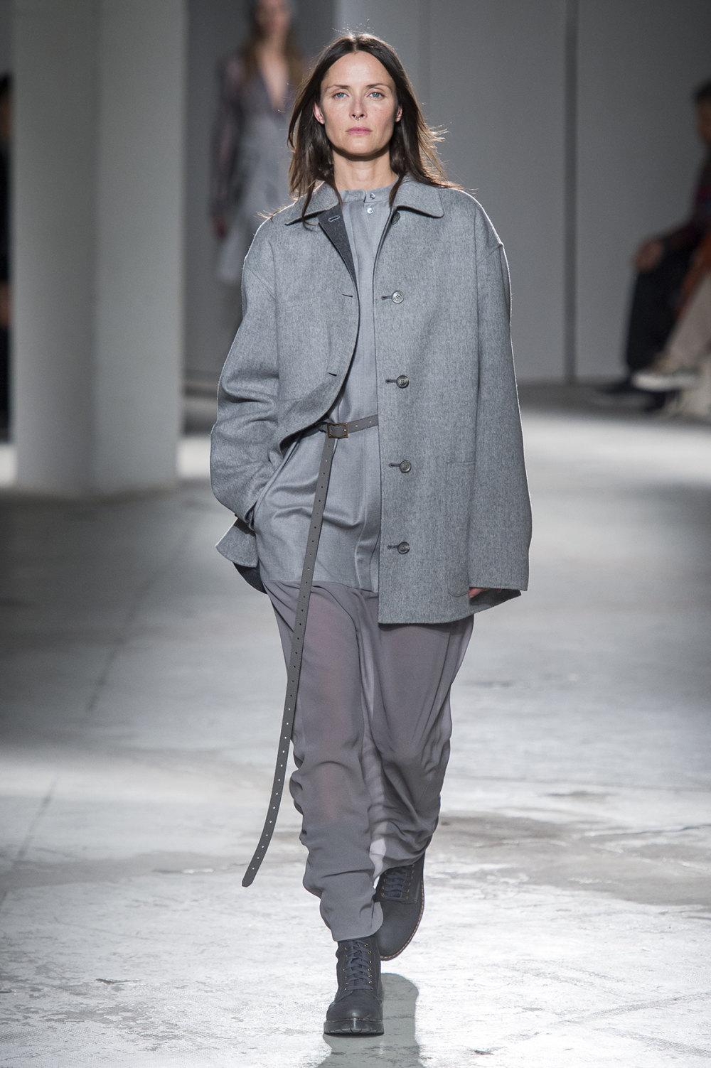Agnona时装系列有纹理外套长而瘦有些穿着浴袍宽腿裤套装有巧克力-26.jpg