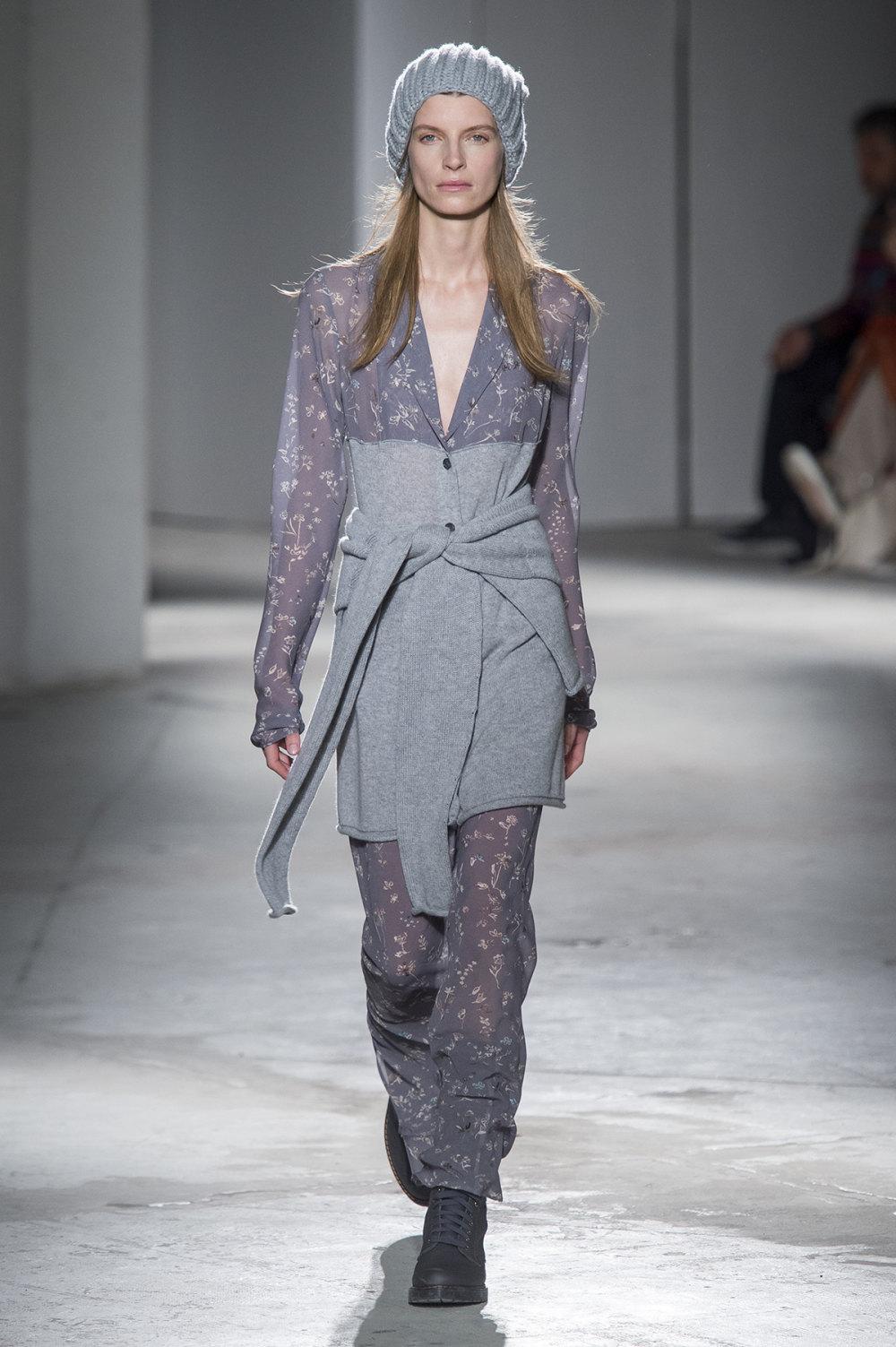 Agnona时装系列有纹理外套长而瘦有些穿着浴袍宽腿裤套装有巧克力-27.jpg