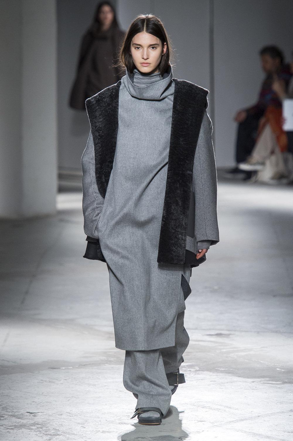 Agnona时装系列有纹理外套长而瘦有些穿着浴袍宽腿裤套装有巧克力-29.jpg