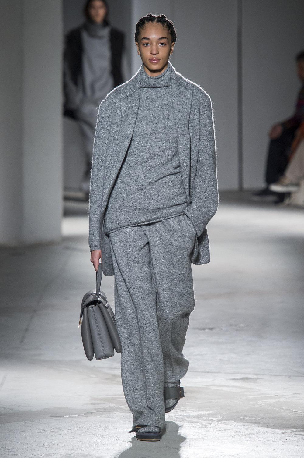 Agnona时装系列有纹理外套长而瘦有些穿着浴袍宽腿裤套装有巧克力-28.jpg