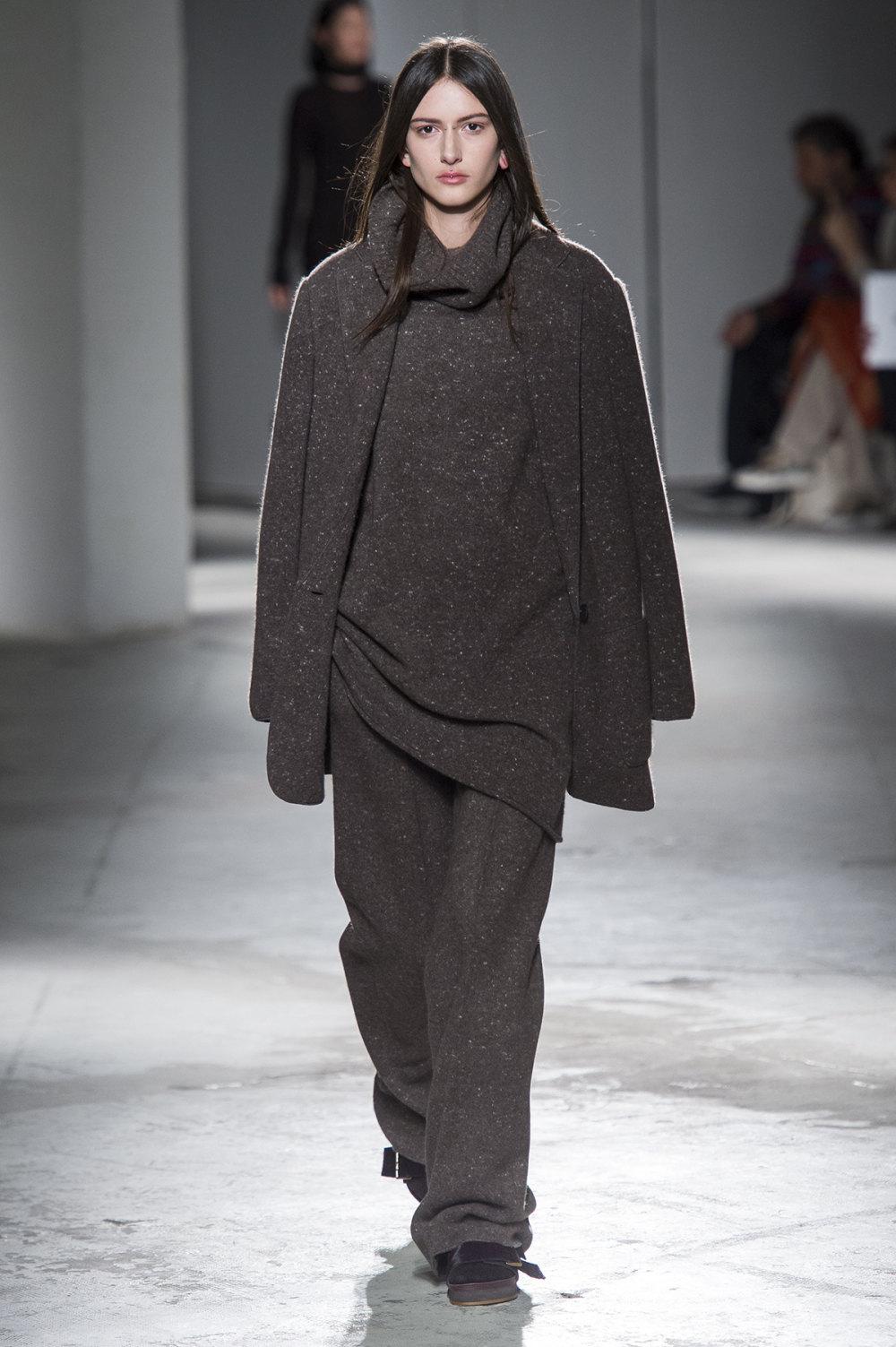 Agnona时装系列有纹理外套长而瘦有些穿着浴袍宽腿裤套装有巧克力-30.jpg