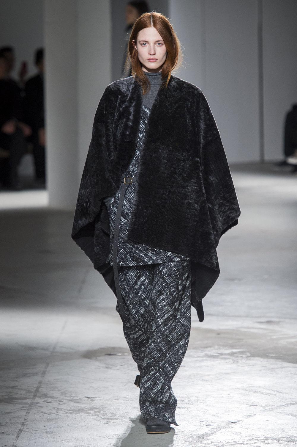 Agnona时装系列有纹理外套长而瘦有些穿着浴袍宽腿裤套装有巧克力-32.jpg