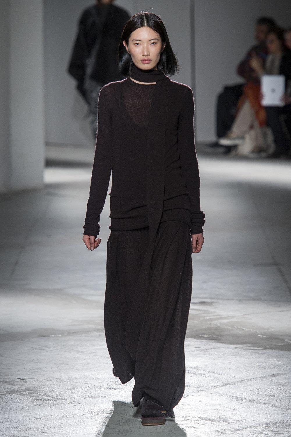 Agnona时装系列有纹理外套长而瘦有些穿着浴袍宽腿裤套装有巧克力-31.jpg