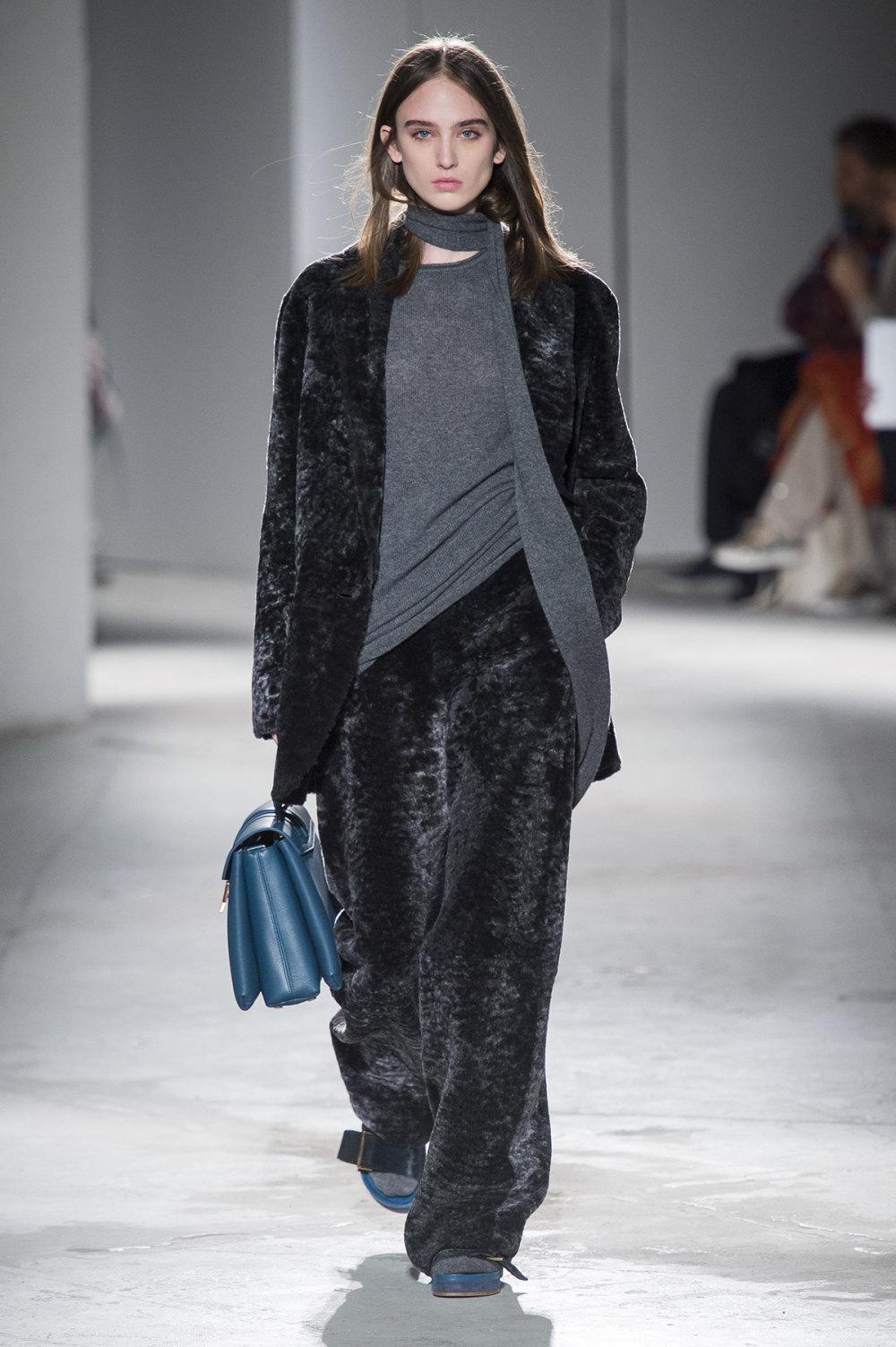 Agnona时装系列有纹理外套长而瘦有些穿着浴袍宽腿裤套装有巧克力-33.jpg