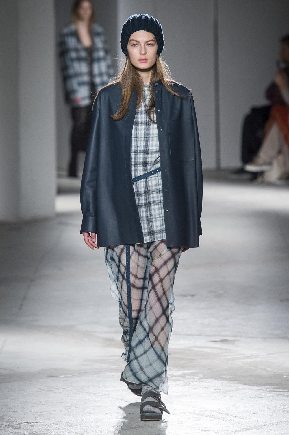 Agnona时装系列有纹理外套长而瘦有些穿着浴袍宽腿裤套装有巧克力-34.jpg