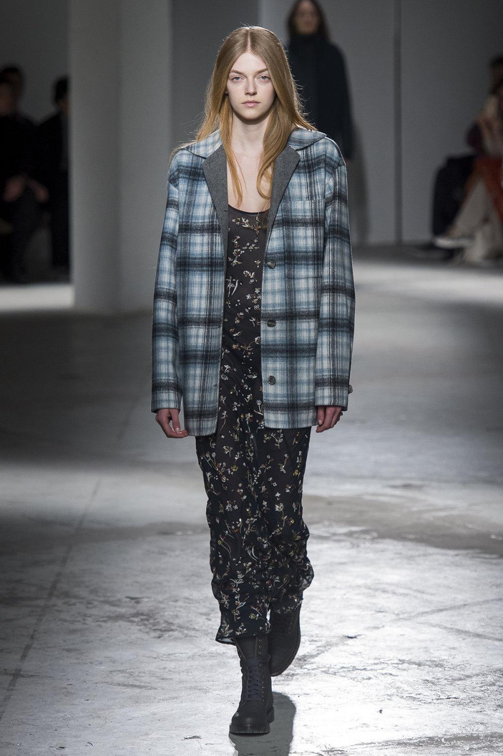 Agnona时装系列有纹理外套长而瘦有些穿着浴袍宽腿裤套装有巧克力-35.jpg