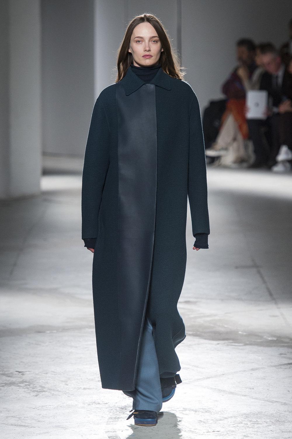 Agnona时装系列有纹理外套长而瘦有些穿着浴袍宽腿裤套装有巧克力-36.jpg
