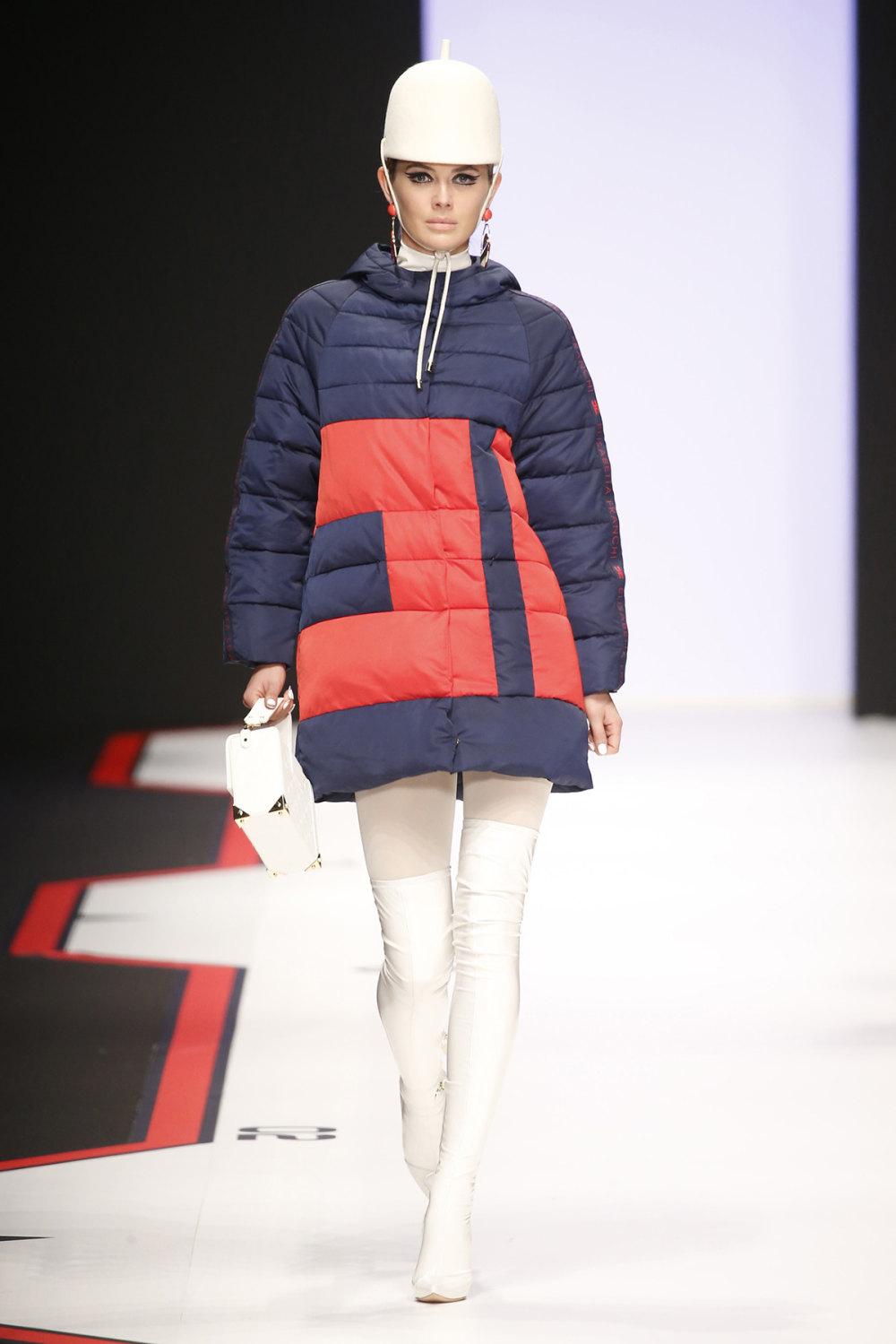 Elisabetta Franchi时装系列简约時尚的蓝色外套衬有印花迷你裙-55.jpg