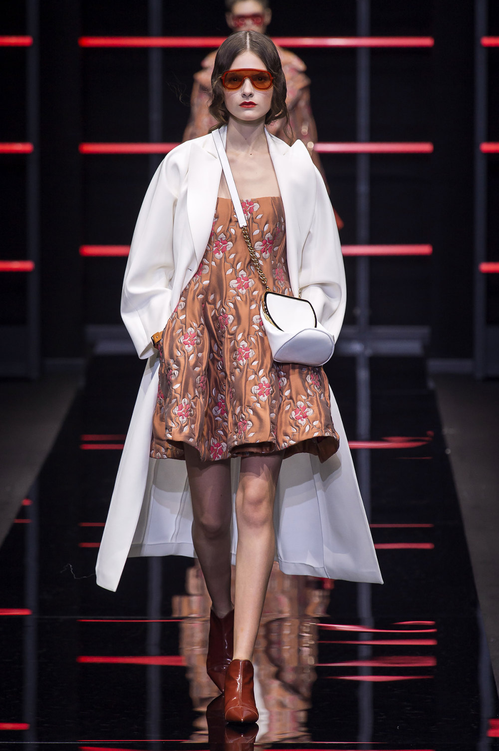 Emporio Armani时装系列畅的裤子带有柔滑裙子的鸡尾酒礼服-1.jpg