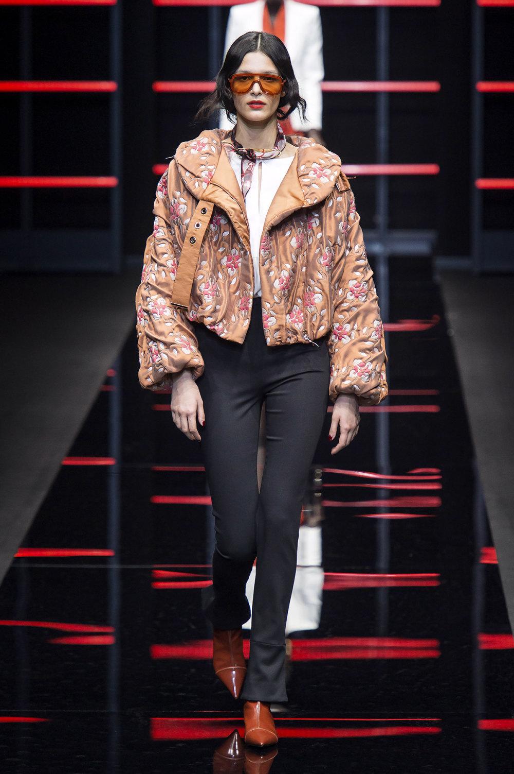 Emporio Armani时装系列畅的裤子带有柔滑裙子的鸡尾酒礼服-3.jpg