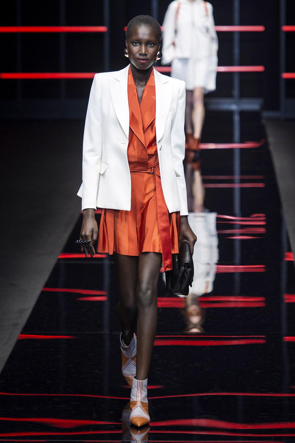 Emporio Armani时装系列畅的裤子带有柔滑裙子的鸡尾酒礼服-4.jpg