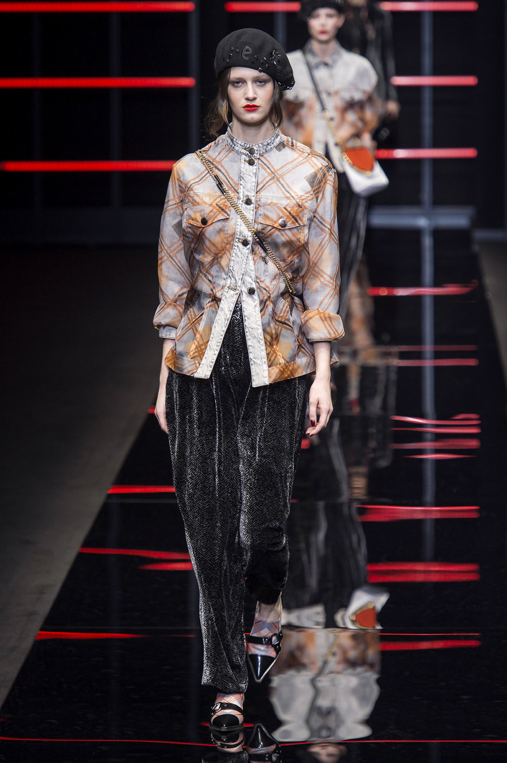 Emporio Armani时装系列畅的裤子带有柔滑裙子的鸡尾酒礼服-11.jpg