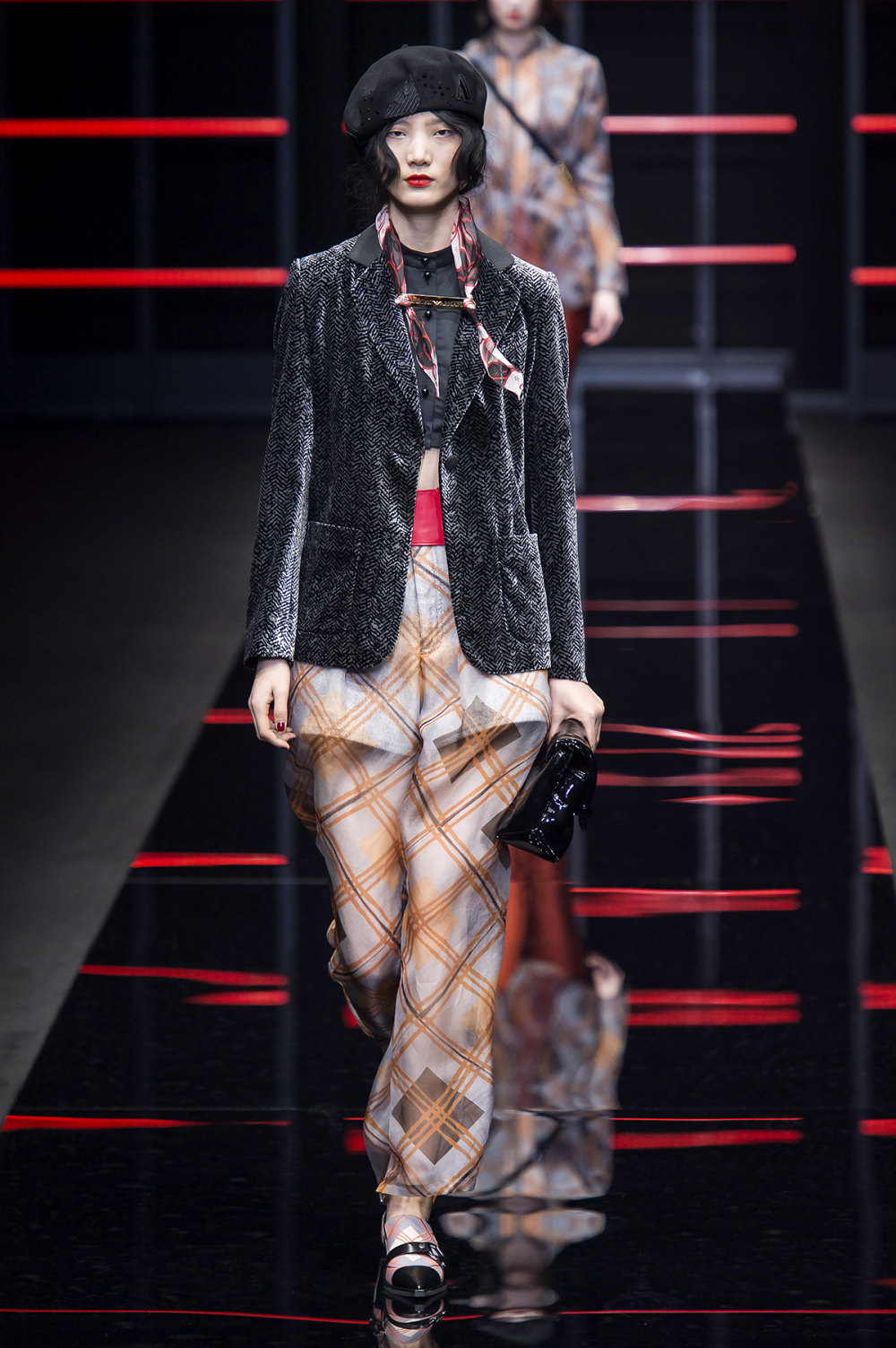 Emporio Armani时装系列畅的裤子带有柔滑裙子的鸡尾酒礼服-13.jpg