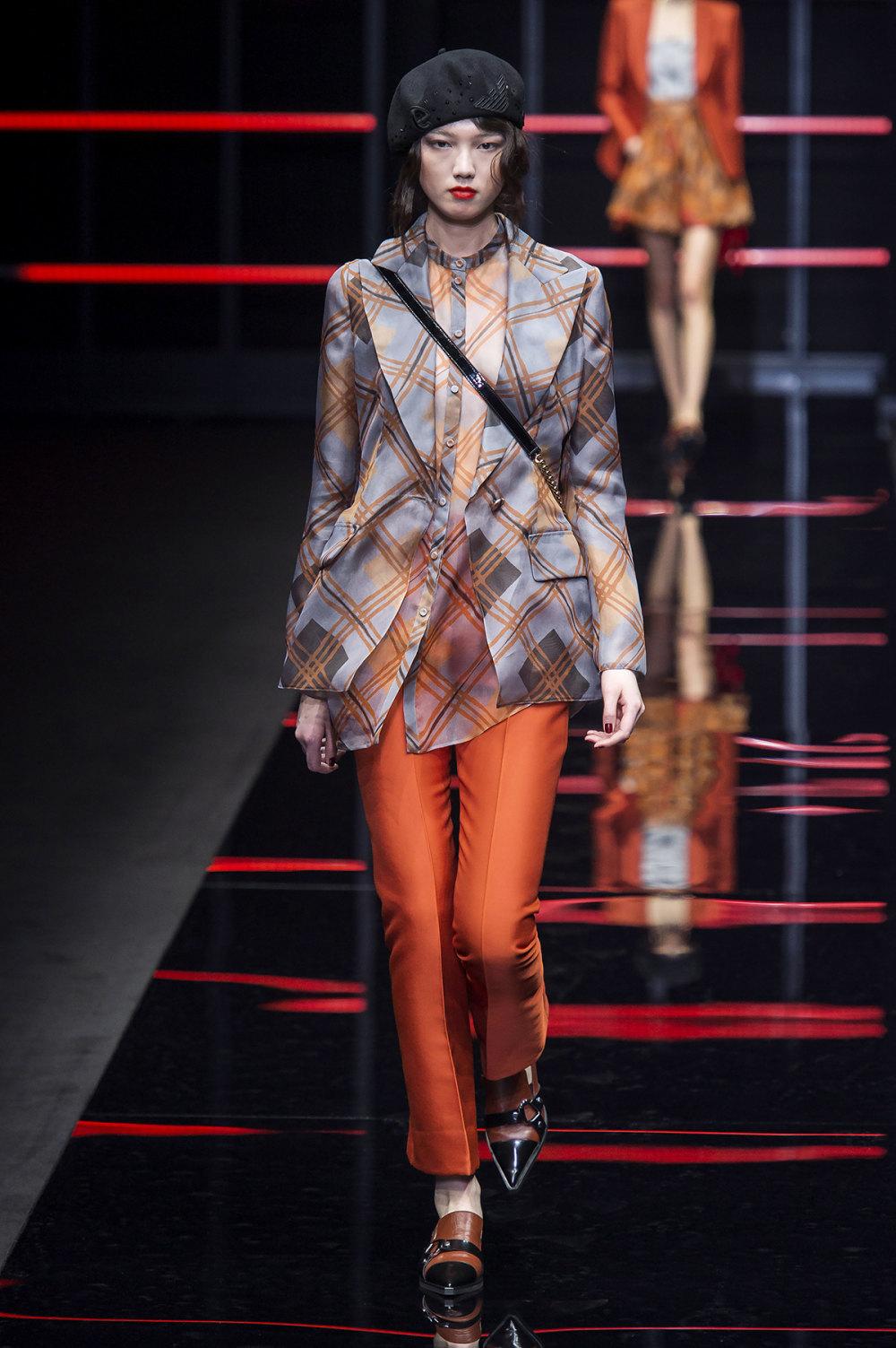 Emporio Armani时装系列畅的裤子带有柔滑裙子的鸡尾酒礼服-14.jpg