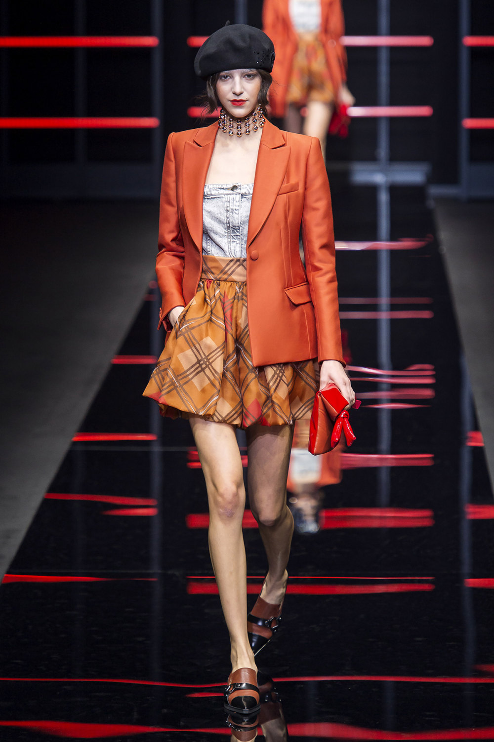 Emporio Armani时装系列畅的裤子带有柔滑裙子的鸡尾酒礼服-15.jpg