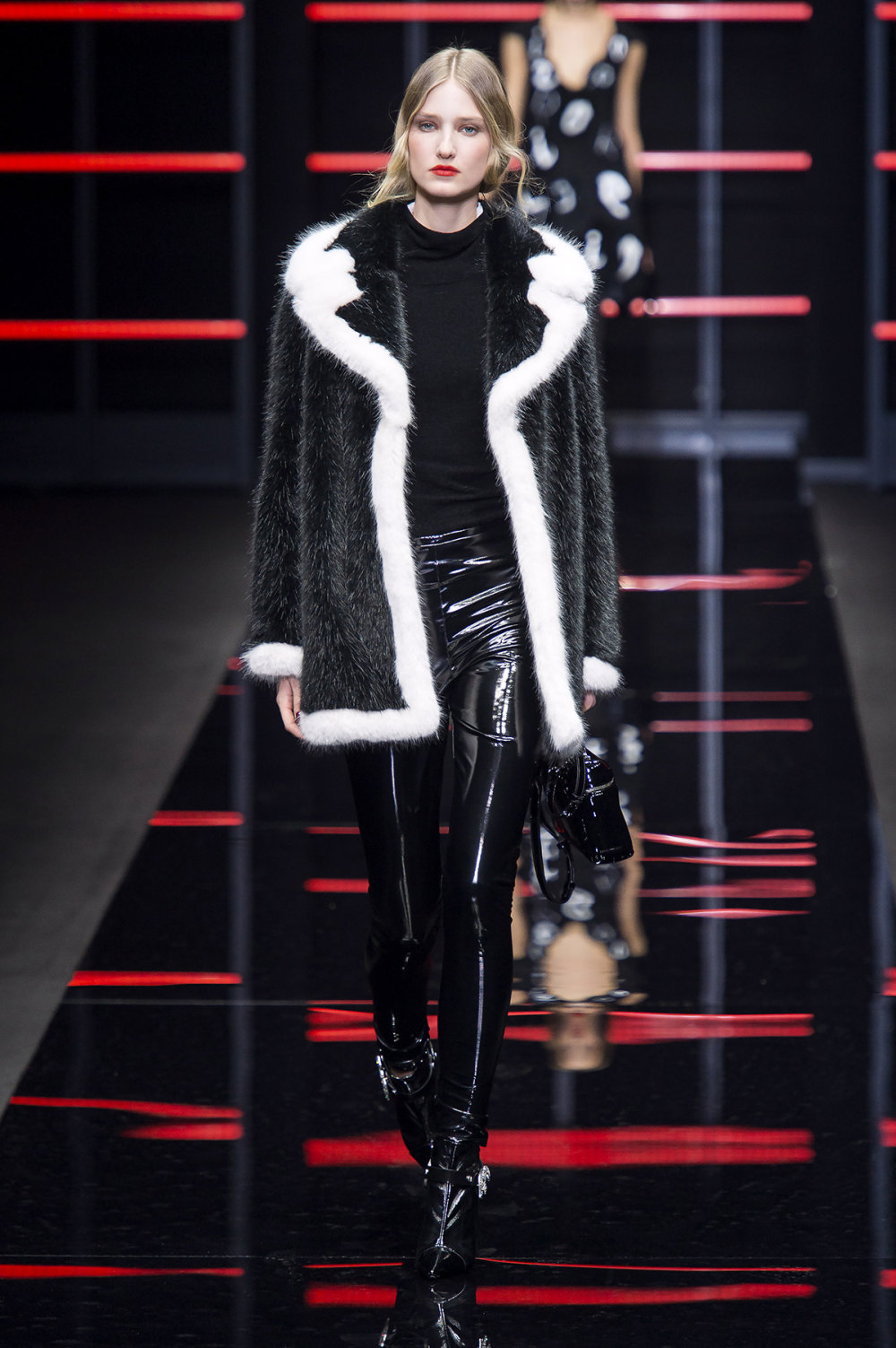 Emporio Armani时装系列畅的裤子带有柔滑裙子的鸡尾酒礼服-21.jpg
