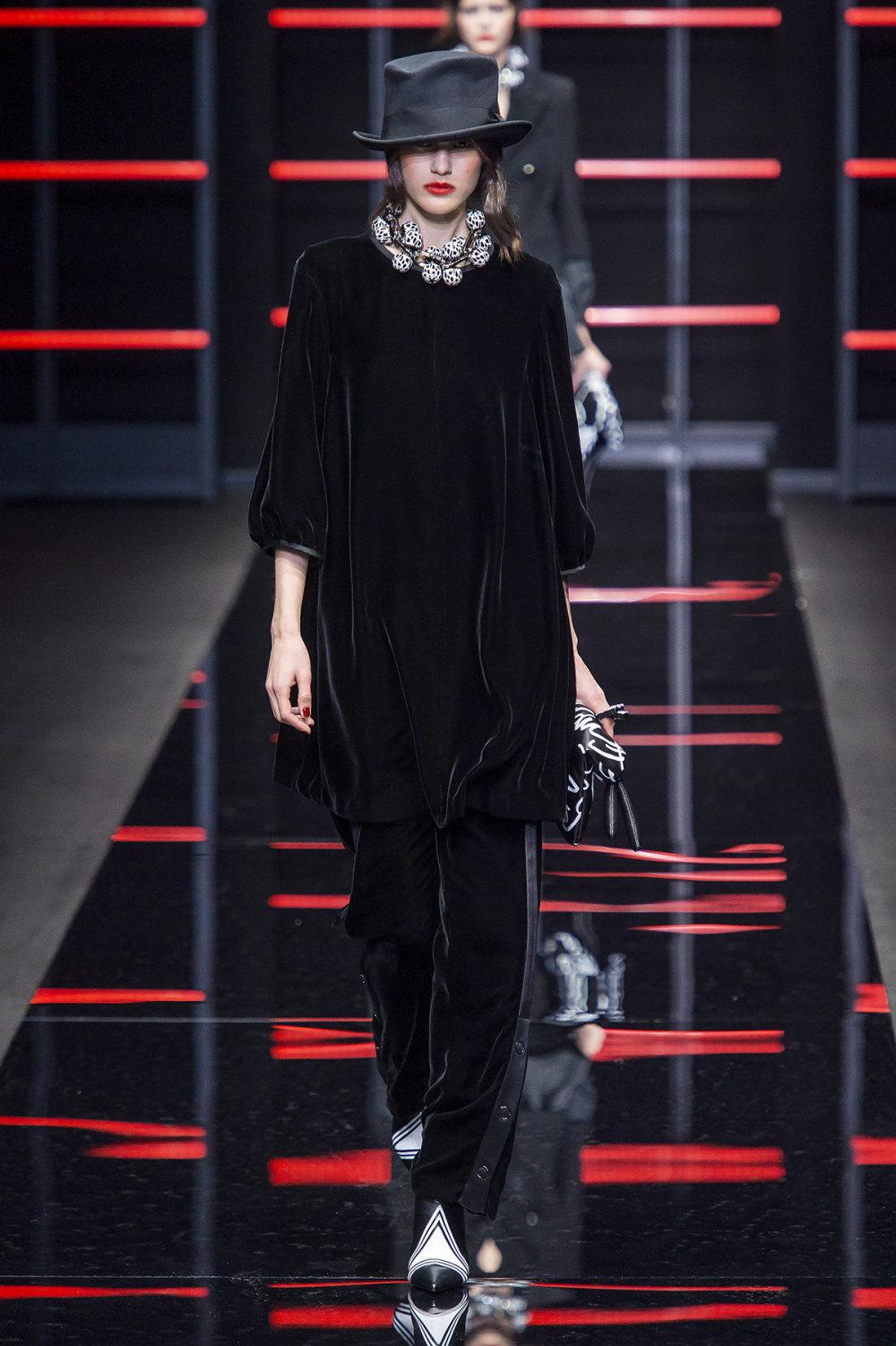 Emporio Armani时装系列畅的裤子带有柔滑裙子的鸡尾酒礼服-26.jpg
