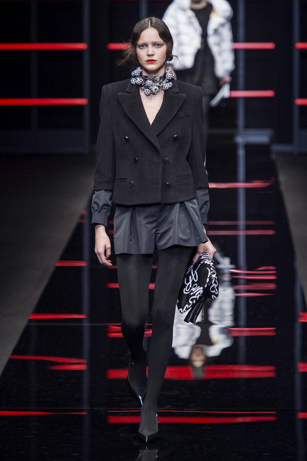 Emporio Armani时装系列畅的裤子带有柔滑裙子的鸡尾酒礼服-27.jpg