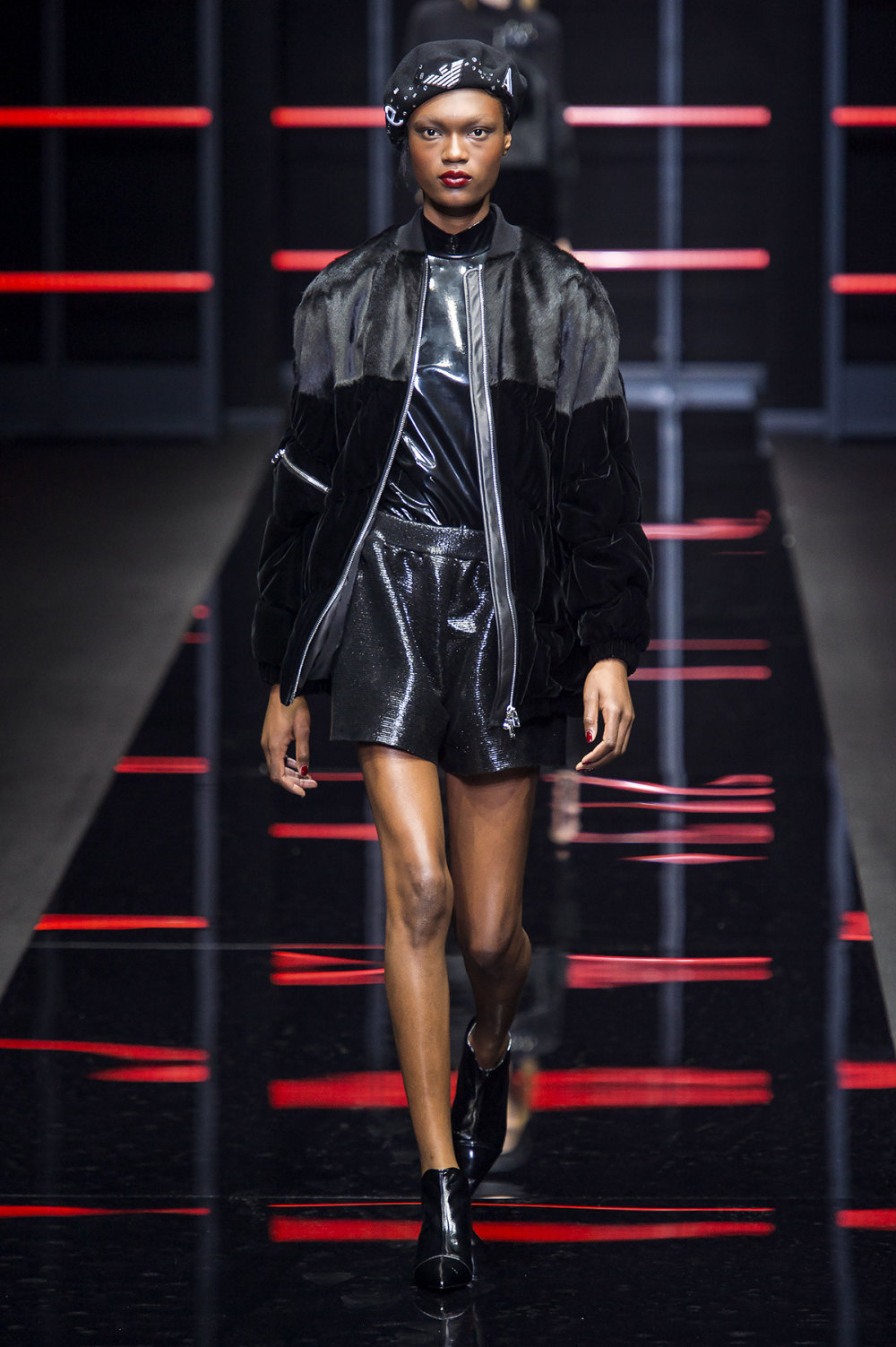 Emporio Armani时装系列畅的裤子带有柔滑裙子的鸡尾酒礼服-35.jpg