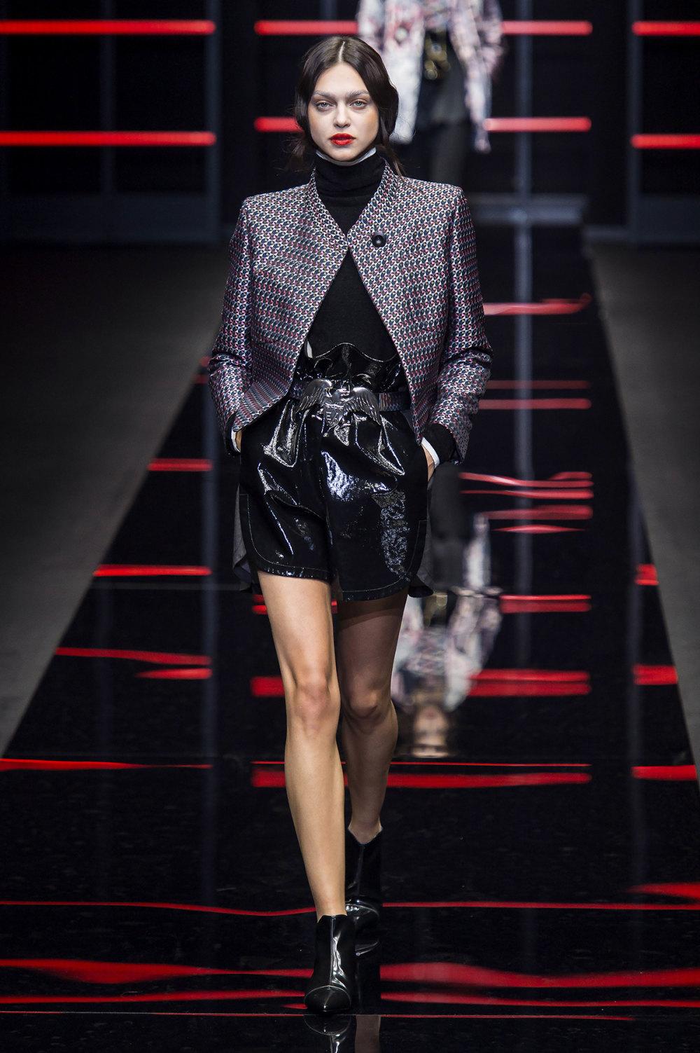 Emporio Armani时装系列畅的裤子带有柔滑裙子的鸡尾酒礼服-40.jpg