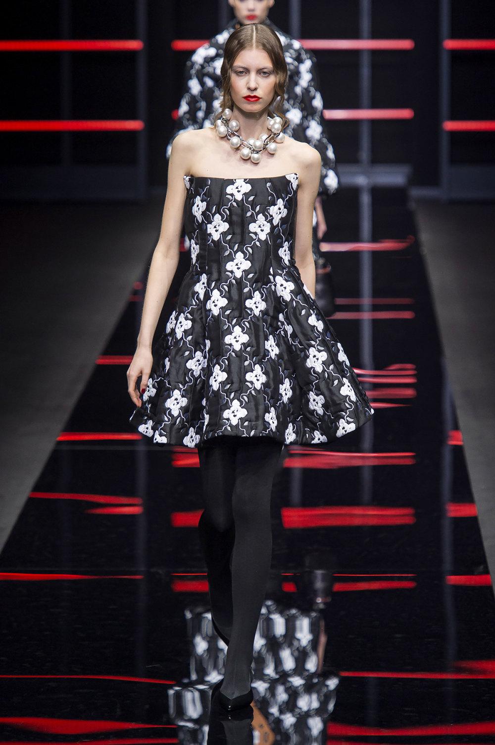 Emporio Armani时装系列畅的裤子带有柔滑裙子的鸡尾酒礼服-46.jpg