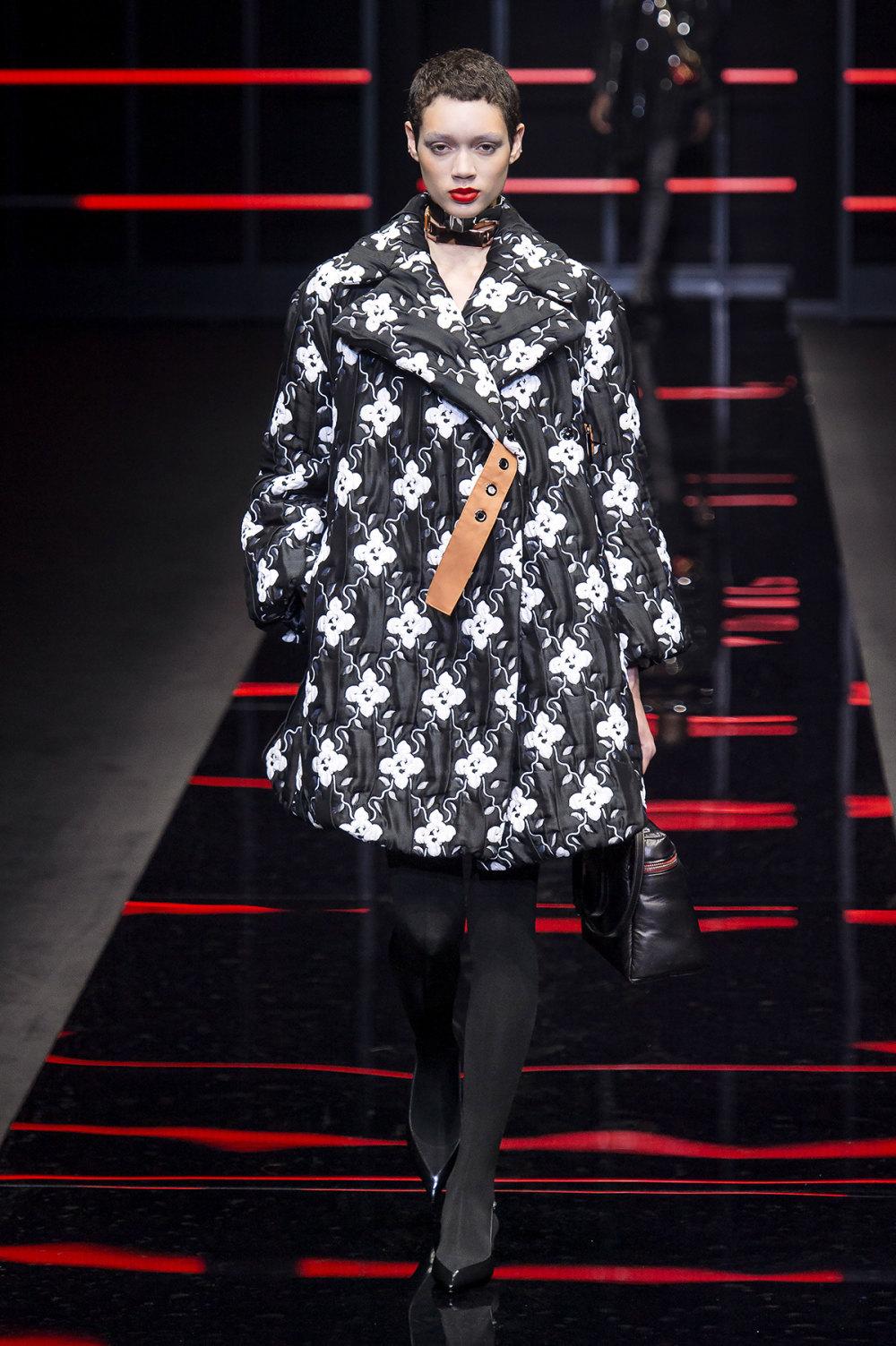 Emporio Armani时装系列畅的裤子带有柔滑裙子的鸡尾酒礼服-47.jpg
