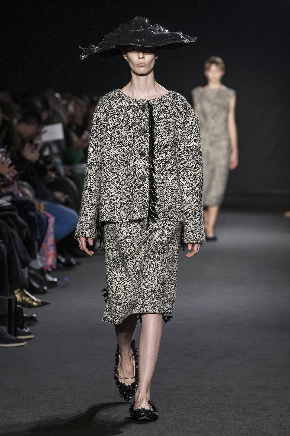 Rochas时装系列黑色无领斜纹软呢褶皱的黑色裙身饰有超细短袖衬衫-1.jpg