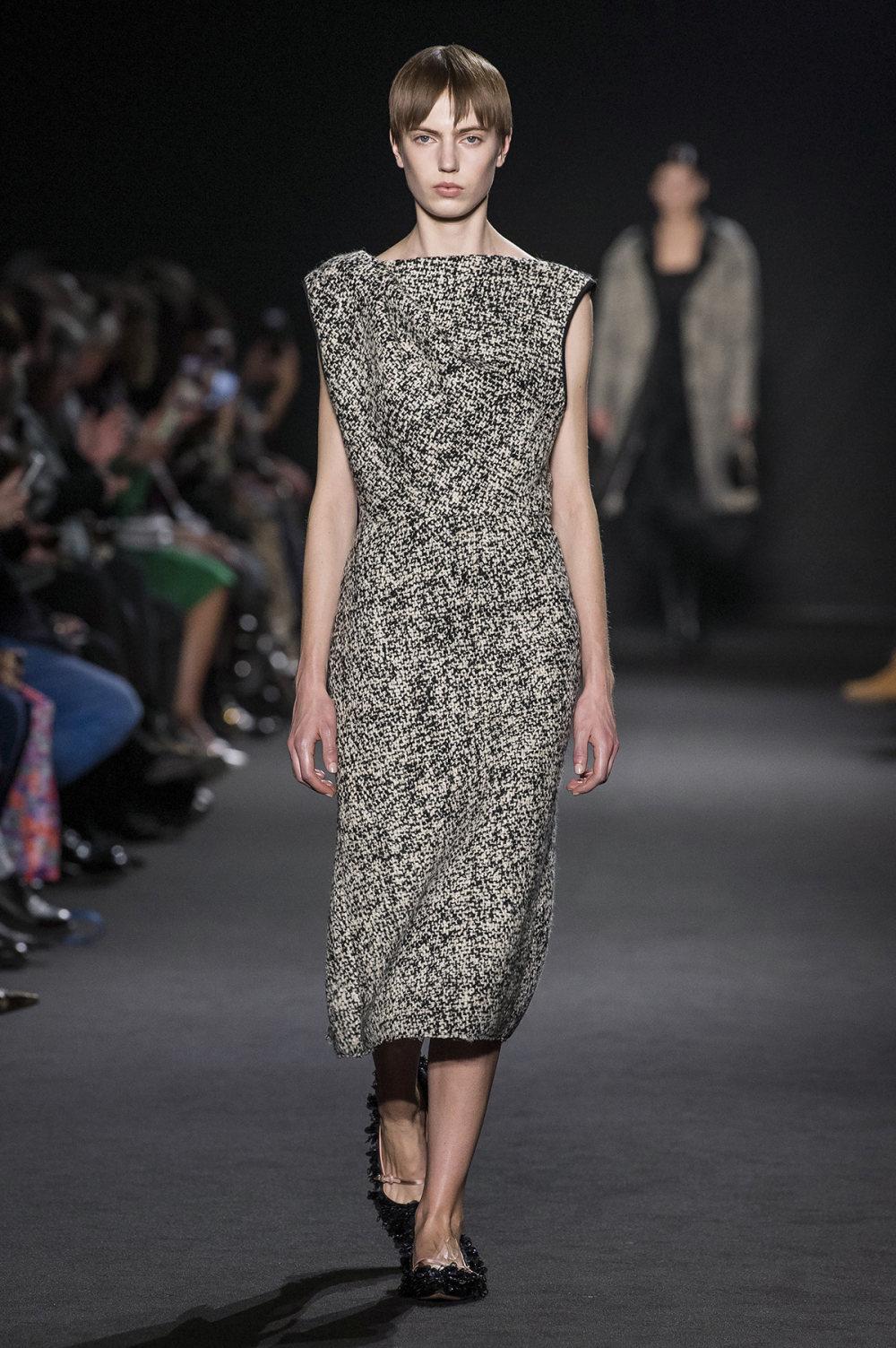 Rochas时装系列黑色无领斜纹软呢褶皱的黑色裙身饰有超细短袖衬衫-2.jpg