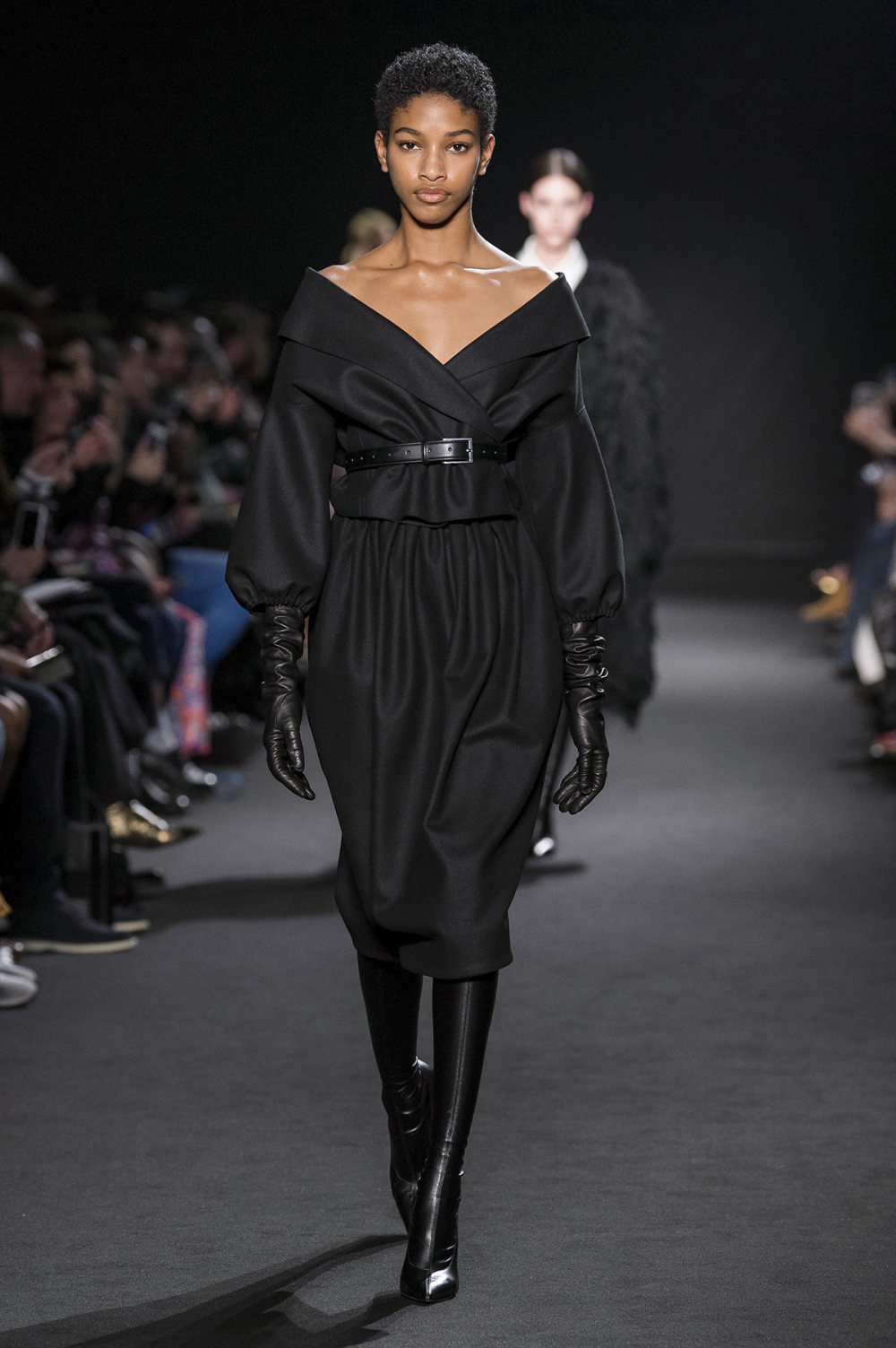 Rochas时装系列黑色无领斜纹软呢褶皱的黑色裙身饰有超细短袖衬衫-5.jpg