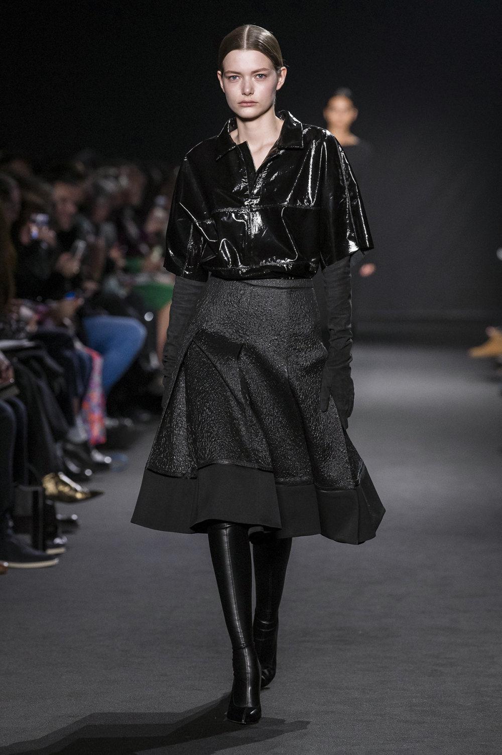 Rochas时装系列黑色无领斜纹软呢褶皱的黑色裙身饰有超细短袖衬衫-11.jpg